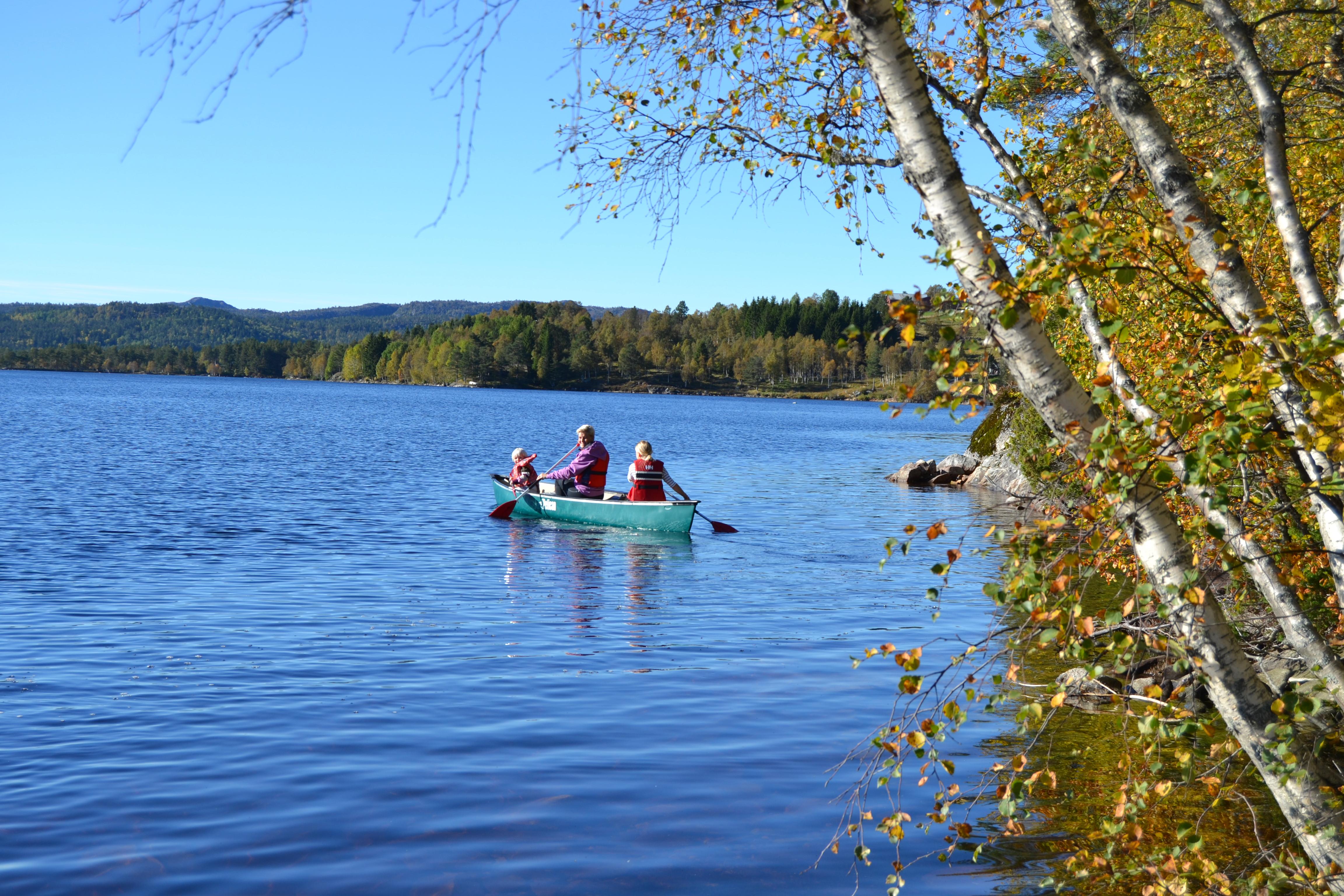 Høsttur i kano på Høvringsvannet på Lauvaas hyttefelt på Gautestad.