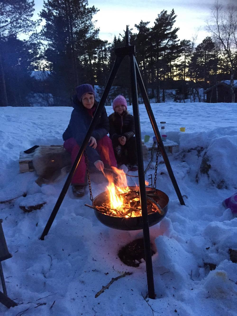 Synne og Suna koser seg rundt bålet på Gauetstad