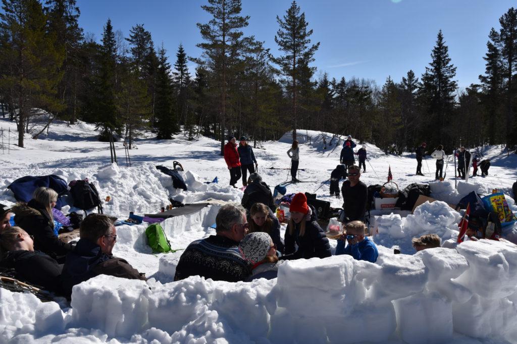 Superhyggelig i snøsofaen vi hadde laget.